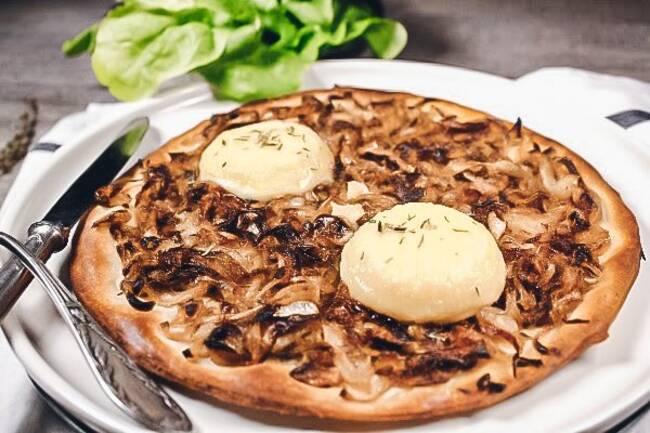 Recette Pizza aux oignons confits et au chevre salade