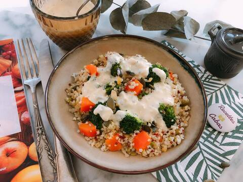 Recette de Buddha bowl végétarien sauce crémeuse au fromage
