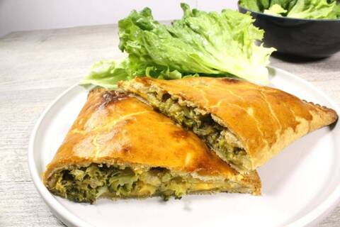 Recette de Chausson gourmand au brocoli, cheddar et mozzarella - Salade