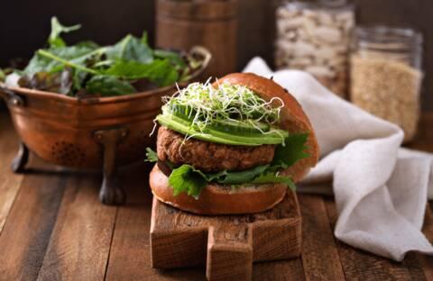 Recette de Burger au poulet et à l'avocat, micro pousses de radis rose - Salade